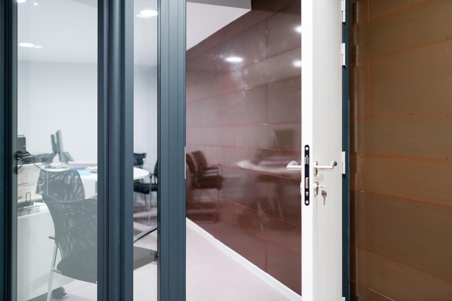 portes pour cloisons amovibles en bois verre aluminium. Black Bedroom Furniture Sets. Home Design Ideas